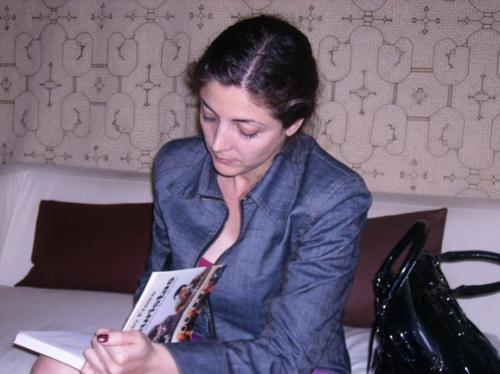 """Espido Freire firmándome su libro """"Mileuristas"""" tras la entrevista"""